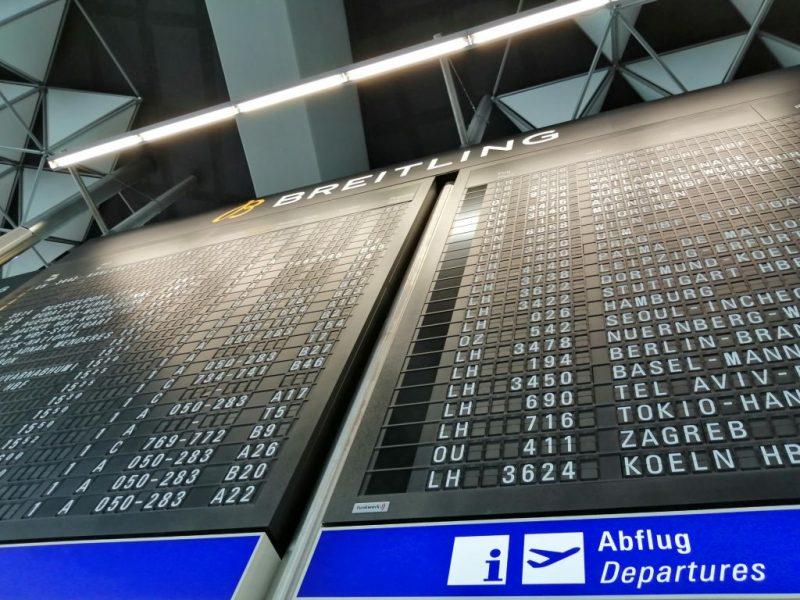 Anzeigetafel im Terminal 1 am Flughafen Frankfurt am Main (Foto: Jan Gruber).