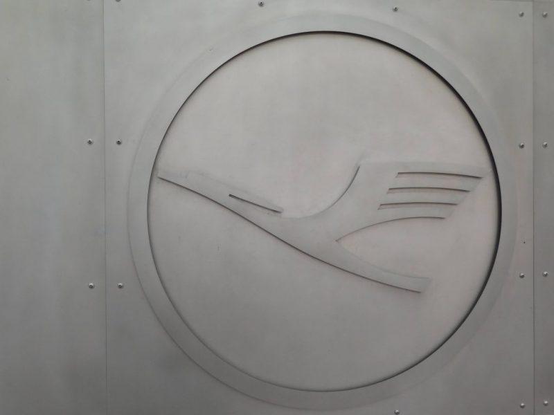 Lufthansa Logo am Terminal 1 des Flughafens Frankfurt am Main (Foto. Jan Gruber).