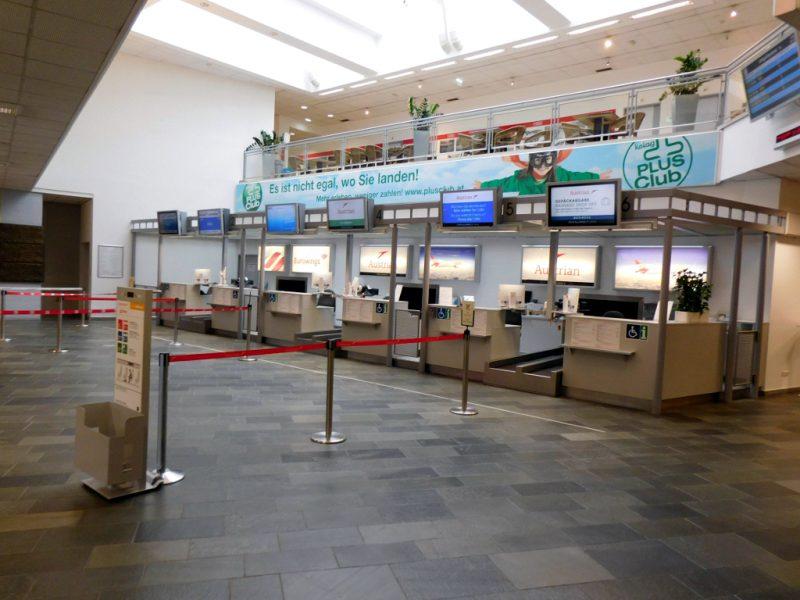 Check-in-Schalter am Flughafen Klagenfurt (Foto: René Steuer).