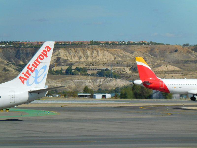 Heckflossen von Air Europa und Iberia am Flughafen Madrid (Foto: Jan Gruber).