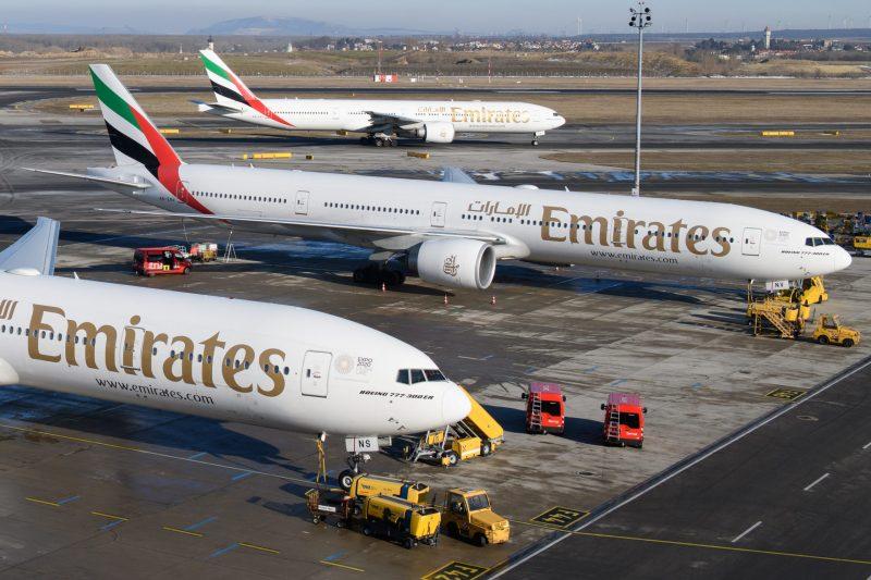 Drei Emirates-Flieger auf dem Flughafen Wien (Foto: Emirates).