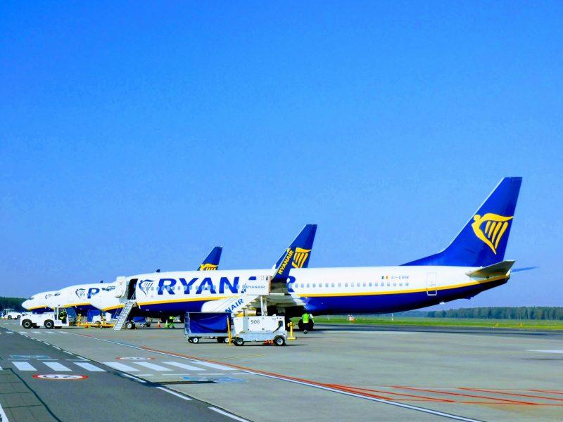 Boeing 737-800 von Ryanair und Buzz am Flughafen Warschau-Modlin (Foto. Jan Gruber).