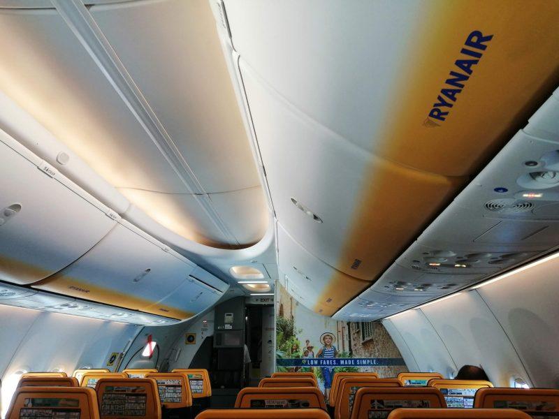 Kabine einer Boeing 737 -800 von Ryanair, betrieben von Malta Air (Foto: Jan Gruber).