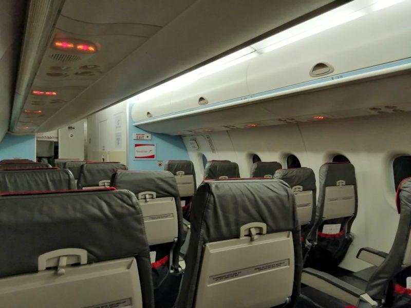 Leere Sitze in einer DHC Dash 8-400 von Austrian Airlines (Foto: Jan Gruber).