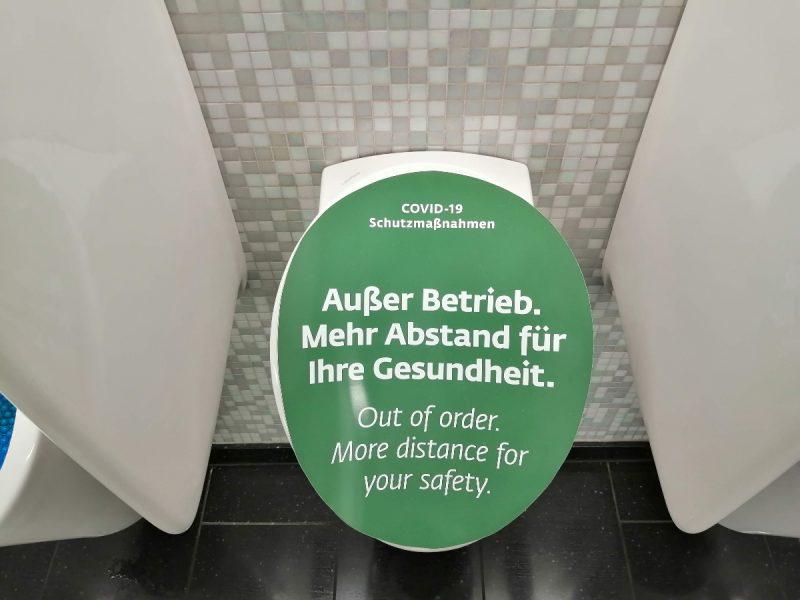 Gesperrtes Urinal am Flughafen Wien (Foto: Robert Spohr).
